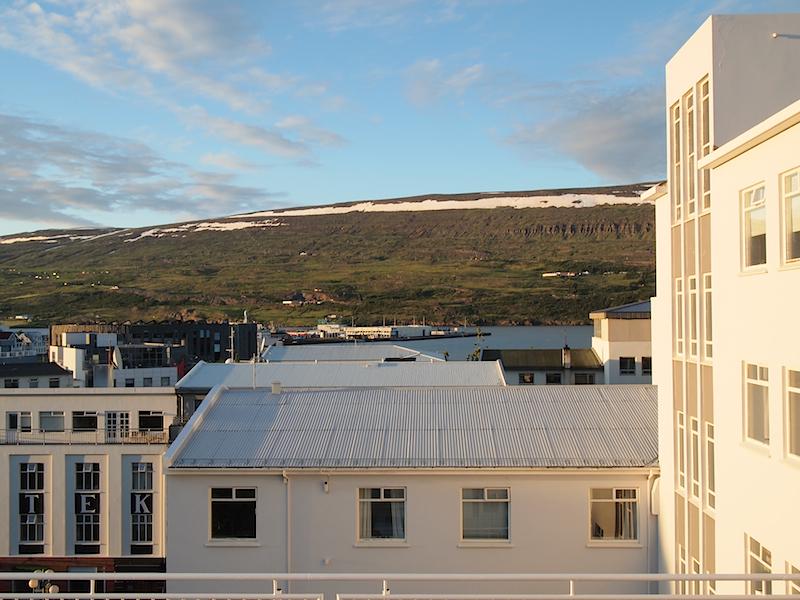 Blick von einem öffentlichen Platz in Akureyri (Island)